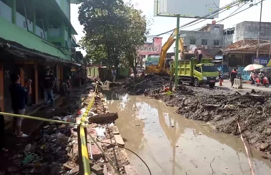 pembongkaran kios Pasar Kuripan (foto:duta tv)