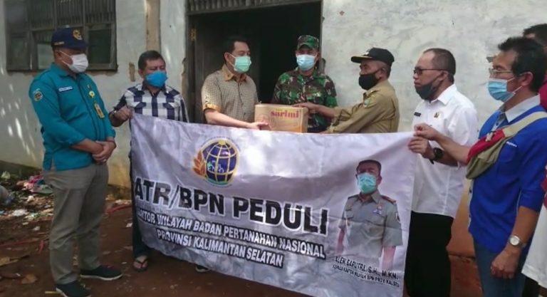 Rombongan ATR/BPN Kalsel Terjang Banjir Salurkan Sembako