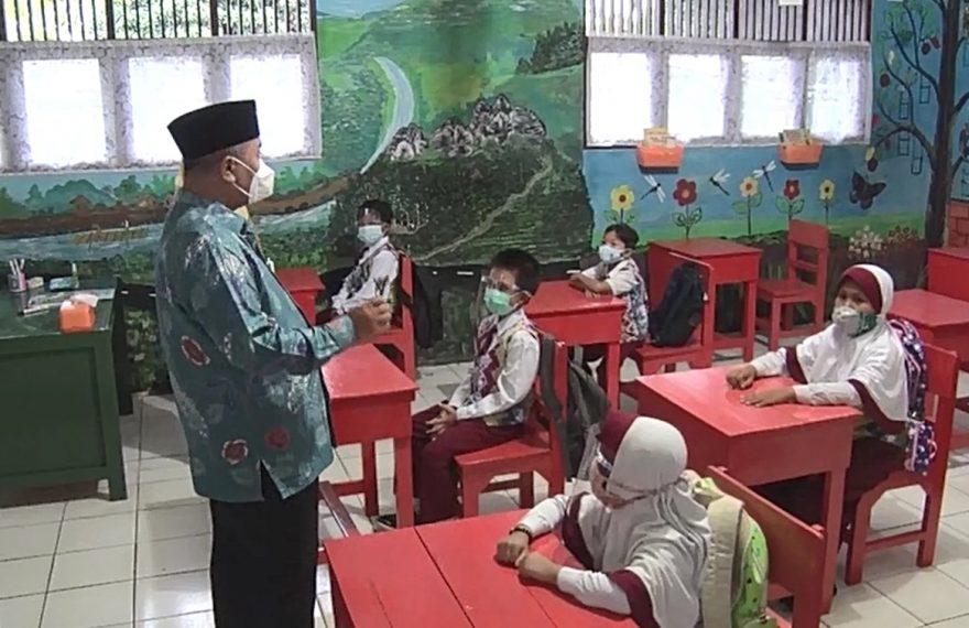 bupati Achmad Fikry di depan para siswa