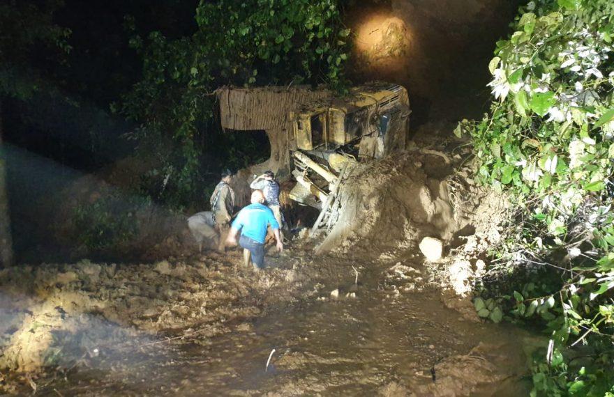 Tim gabungan beserta masyarakat melakukan evakuasi (foto:duta tv)