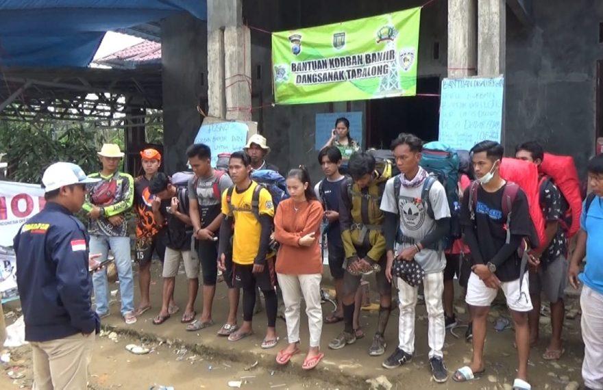 relawan dari berbagai komunitas pendaki ikut serta dalam proses pendistribusian bantuan (foto:duta tv)