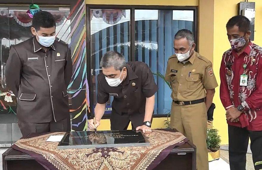 penandatanganan prasasti, oleh Darmawan Jaya (foto:duta tv)