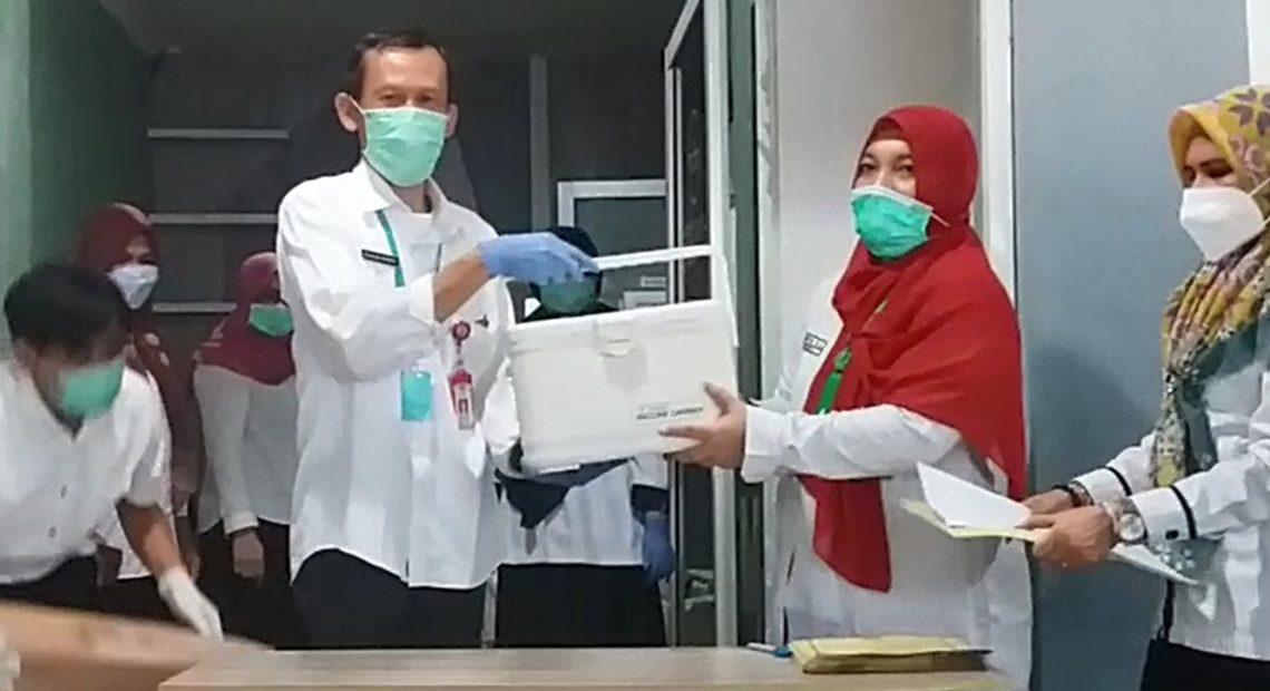 penyerahan simbolis vaksin Covid-19 (foto:duta tv)