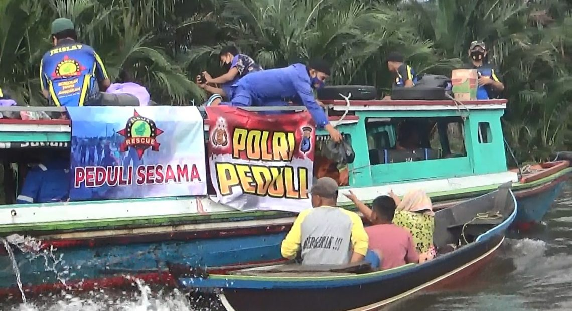 Satpolair Polresta Banjarmasin bersama relawan membagikan logistik Sembako (foto:duta tv)