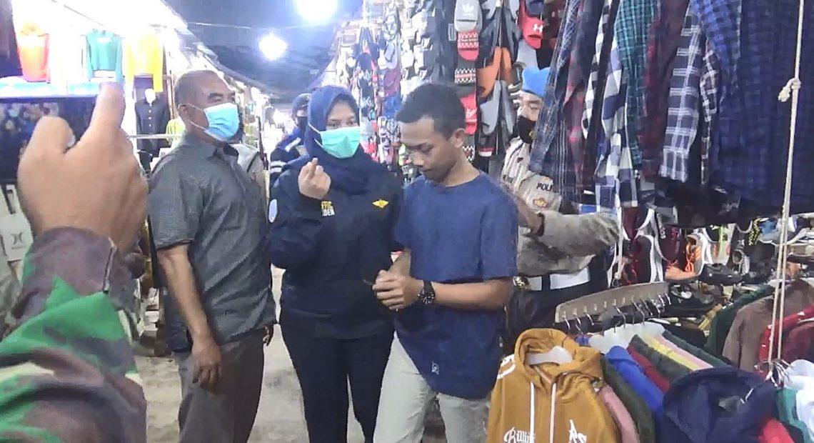 seorang pengunjung pasar yang tidak memakai masker, kedapatan petugas gabungan
