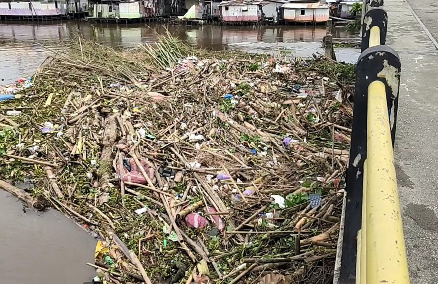tumpukan sampah di Sungai Martapura (foto:duta tv)