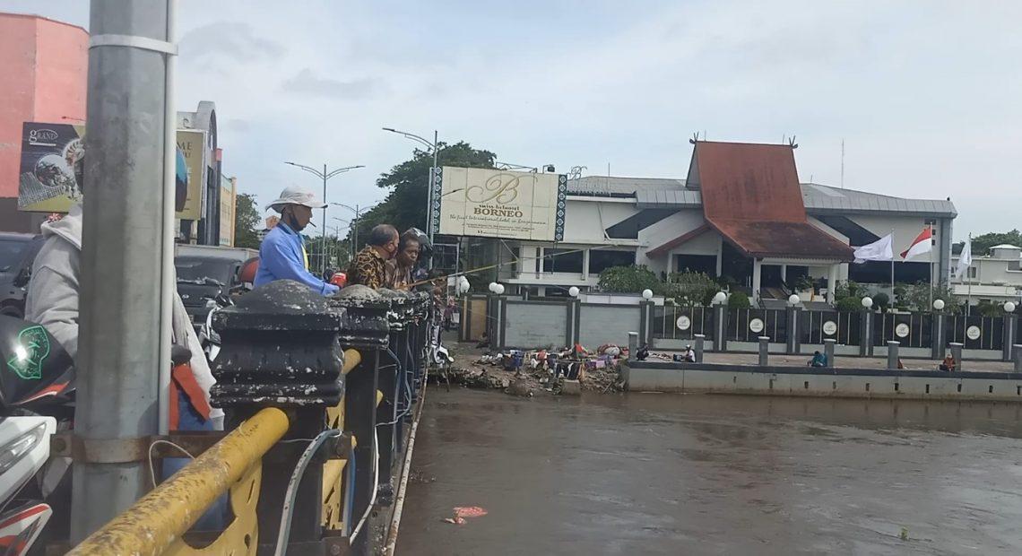 warga memancing di Jembatan Antasari