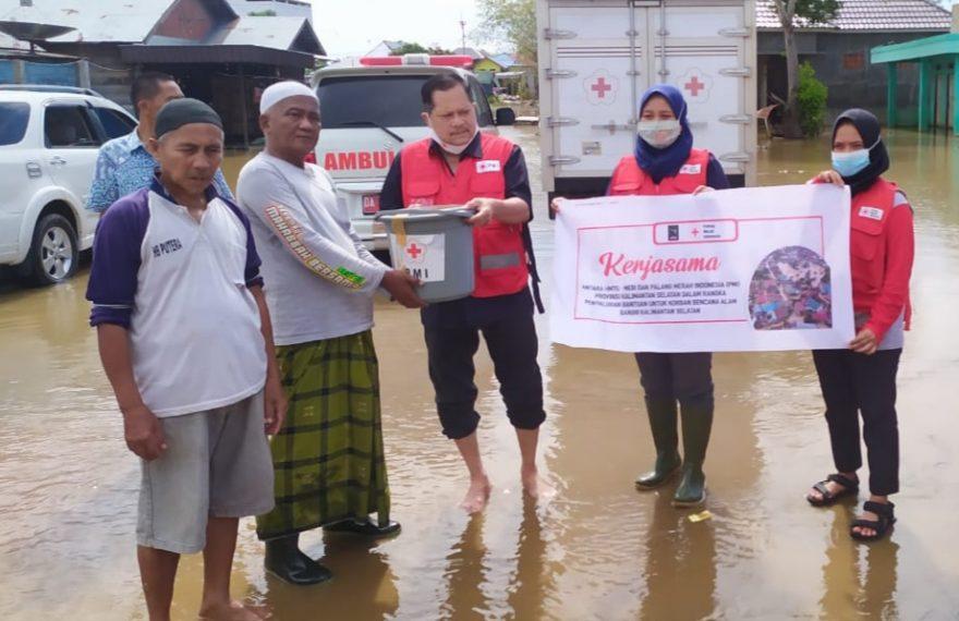 PMI memberikan bantuan kepada korban banjir (foto:duta tv)