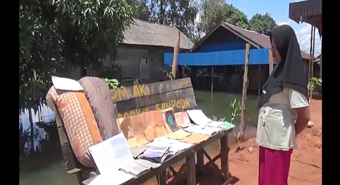 Nenek Hindun menjemur Al-Quran dan kitab kuning (foto:duta tv)
