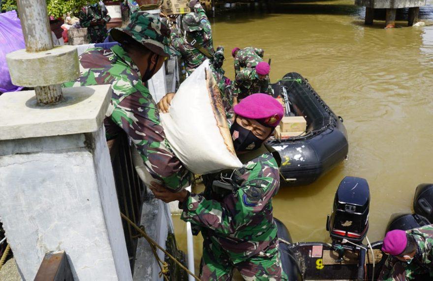 prajurit kembali mendistribusikan bantuan dari wakil bupati Banjar (foto:duta tv)