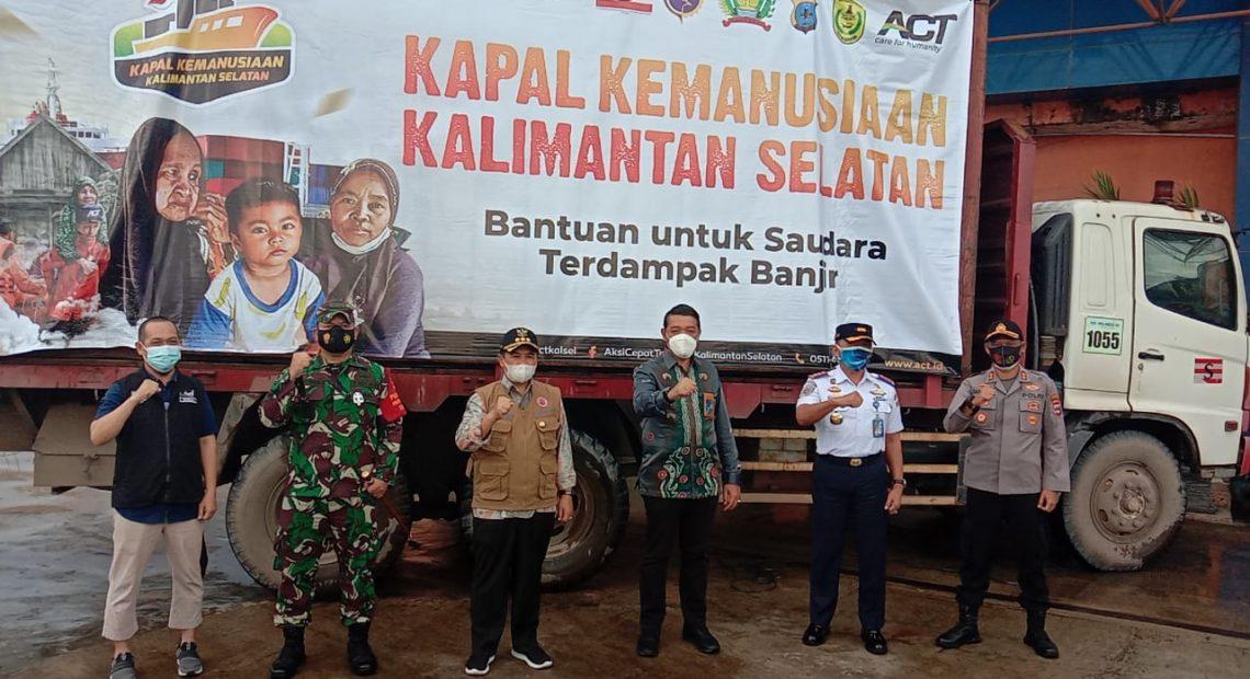 Walikota Banjarmasin Ibnu Sina dan Kepala cang act kalsel serta instansi terkait, menyambut kedatangan kapal kemanusian