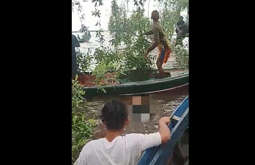 enazah Nenek Saprah ditemukan mengapung di bawah rimbunnya dedauan pohon (foto:duta tv)