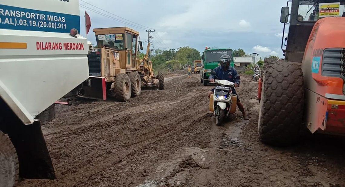 kondisi jalan rusak di Jalan Gubernur Syarkawie (foto:duta tv)