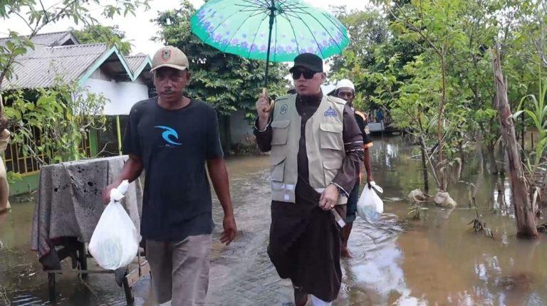 Anggota DPD RI, Al Habib Zakaria Bahasyim memberikan bantuan (foto:duta tv)