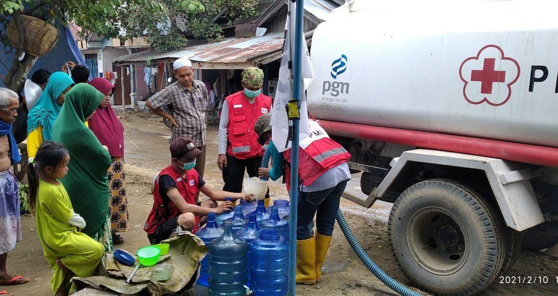 PMI memberikan bantuan kepada korban bencana banjir (foto:duta tv)