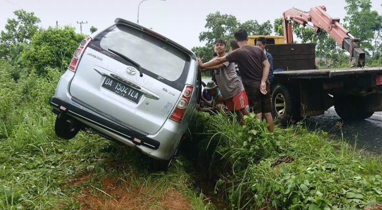 mobil minibus Avanza, tercebur ke parit dalam kecelakaan tunggal (foto:duta tv)