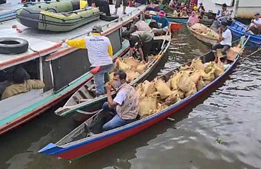 bantuan Paman Birin melalui jalur sungai (foto:duta tv)