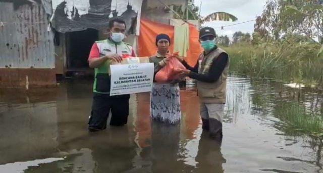 anggota NU Care Lazisnu Kalsel, terus menyalurkan bantuan kepada korban bencana banjir