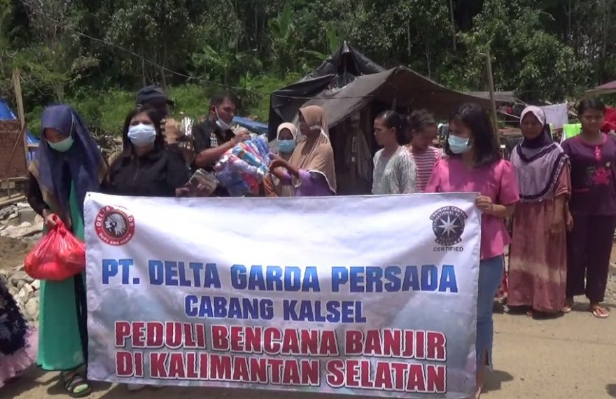 PT Delta Gadrda Persada,menyalurkan langsung bantuan kepada korban banjir (foto:duta tv)