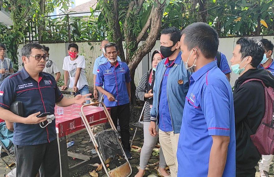 para pekerja mendatangi kantor Disnakertrans (foto:duta tv)
