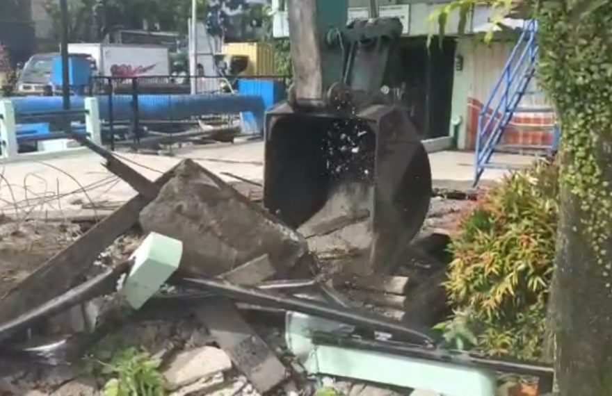 pembongkaran jembatan di depan kantor Notaris PPAT Bambang Syamsuzar Oyong (foto:duta tv)