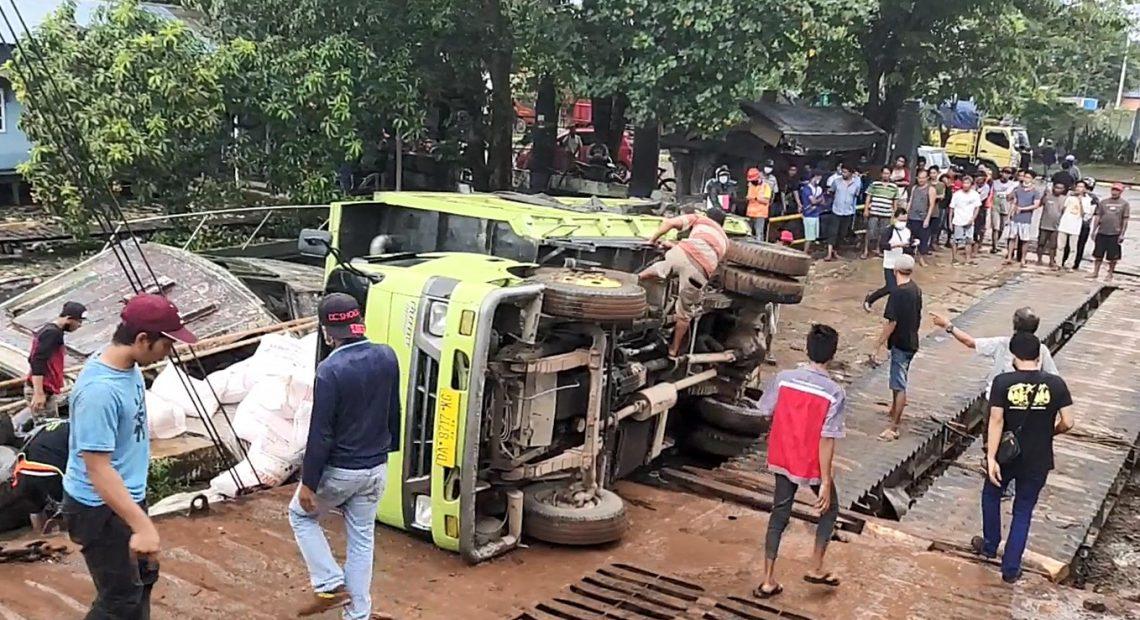 insiden truk terbalik di Pelabuhan Martapura Baru (foto:duta tv)