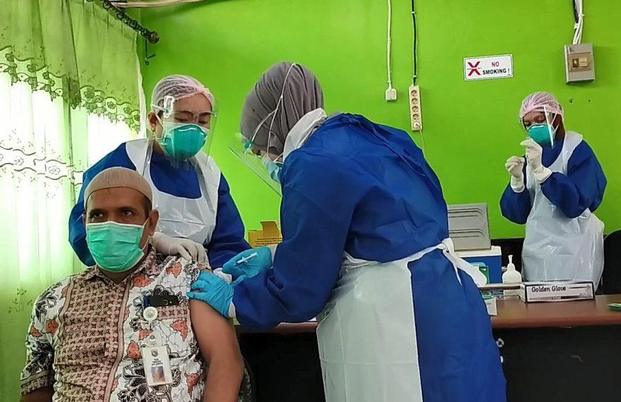 vaksinasi tenaga kesehatan di Kotabaru (foto:duta tv)