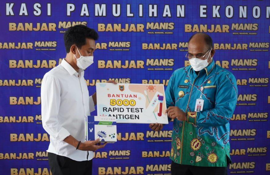 Pj Gubernur Kalsel Safrizal ZA, memberikan bantuan 5.000 pcs Rapid Test Antigen (foto:duta tv)