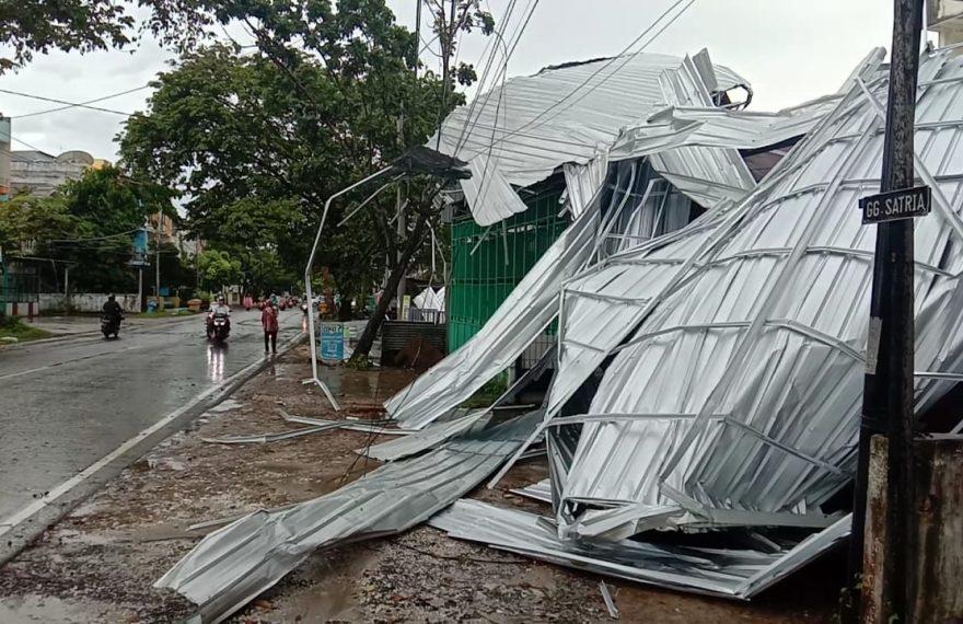 kanopi toko roboh akibat angin kencang (foto:duta tv)