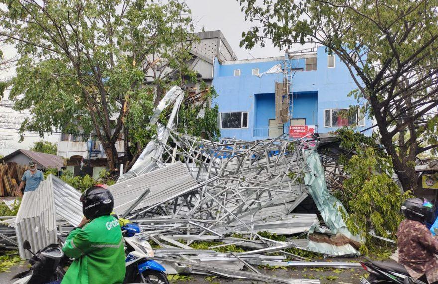 kanopi salah satu ruko di jalan Pramuka, jatuh di pinggir jalan (foto:duta tv)