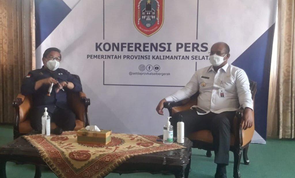 Wamen LHK RI, Alue Dohong (kiri) bersama Pj. Gubernur Kalsel, Safrizal ZA (kanan) saat konferensi pers program pemulihan pasca banjir, di Banjarbaru, Rabu (10/3/2021). MC Kalsel/Ar