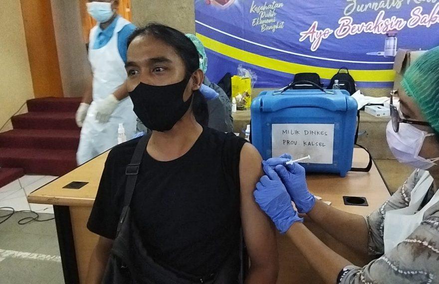 salah satu wartawan di suntik vaksin (foto:duta tv)
