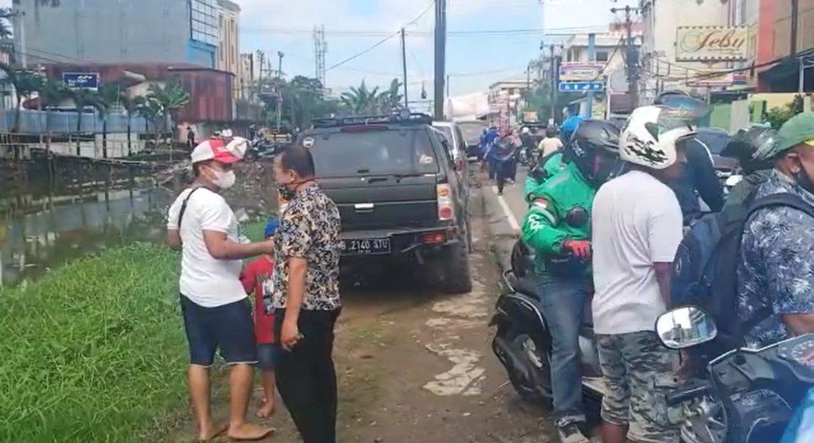 aksi seorang pria bertopi tidak mengenakan alas kaki, sempat membuat jalanan padat dan terjadi kerumunan (foto:duta tv)