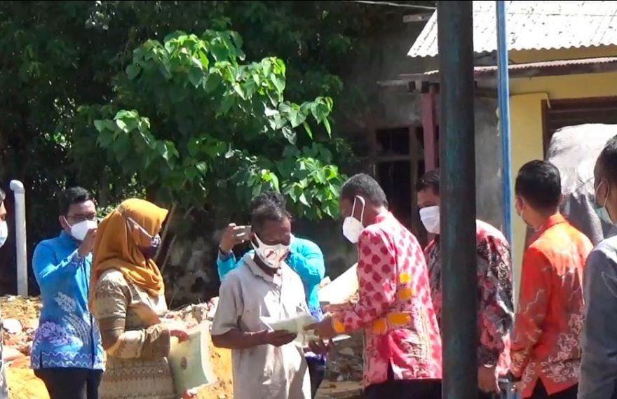 Bupati Tanah Laut Muhammad Sukamta, membagikan Puluhan sertifikat tanah dan sertifikat bagi nelayan (foto:duta tv)
