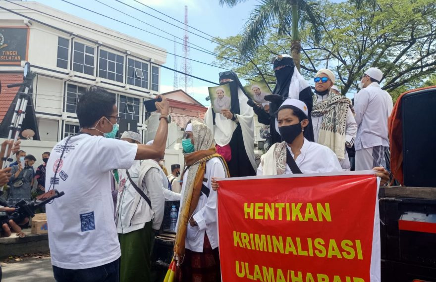 ratusan massa yang mengatasnamakan pecinta ulama menyambangi kantor Kejati Kalsel (foto:duta tv)