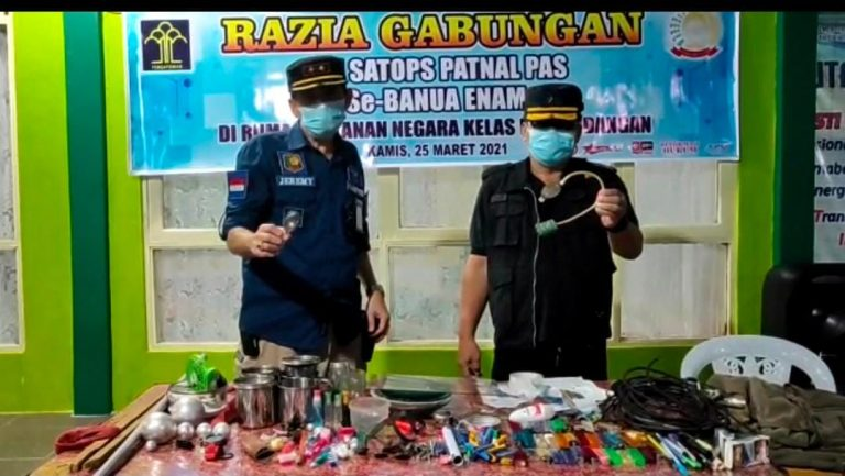 petugas menemukan berbagai barang terlarang di dalam blok hunian (foto:duta tv)