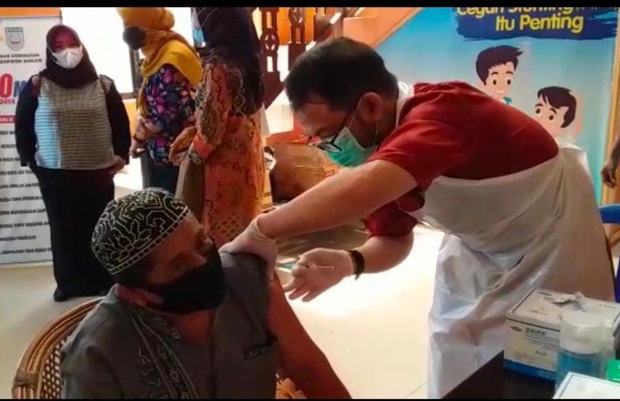 Proses Vaksinasi terhadap Calon Jemaah Haji di Kaupatan Banjar. (foto : duta tv)