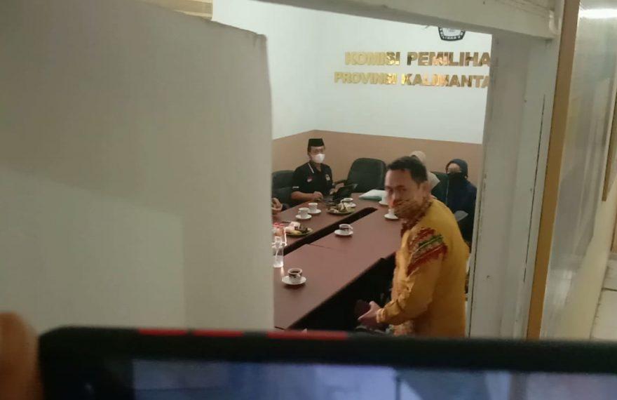 Abdul Muthalib alias Azis, saat diklarifikasi jajaran komisioner kpu kalsel (3/3/2021)