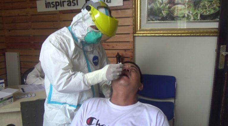 manager program Duta TV, Alfian Wahyudi, menjalani rapid test antigen (foto:duta tv)