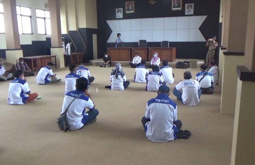 Federasi Serikat Pekerja Metal Indonesia (FSPMI) mendatangi kantor Dinas Tenaga Kerja dan Transmigrasi provinsi Kalsel (foto:duta tv)