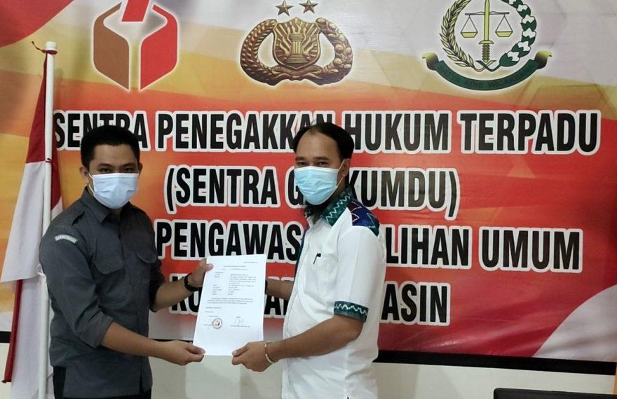 tim hukum Ibnu-Arifin melaporkan dugaan tindakan pelanggaran kampanye pasca putusan MK ke Bawaslu Kota Banjarmasin (foto:duta tv)