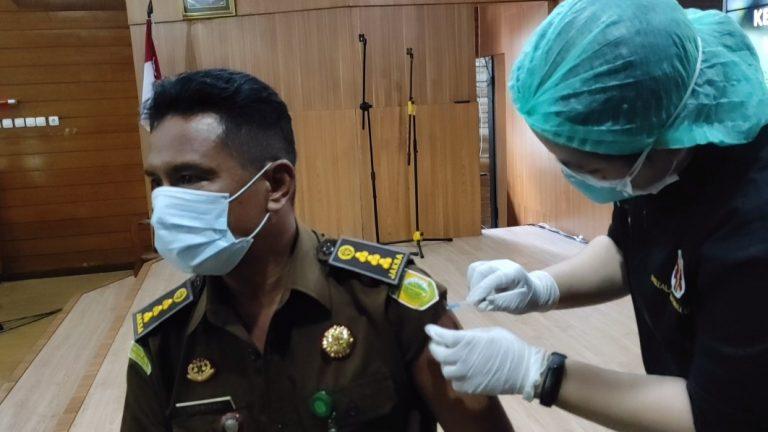 vaksinasi diberikan kepada aparatur Kejaksaan Tinggi Kalsel (foto:duta tv)
