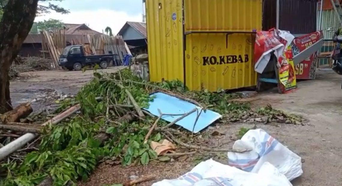 bekas puing angin puting beliung di kawasan Pramuka (foto : duta tv)
