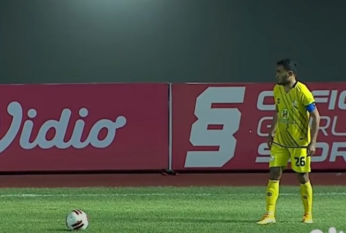 Risky Pora sebelum sesaat mencetak gol dari tendangan bebas
