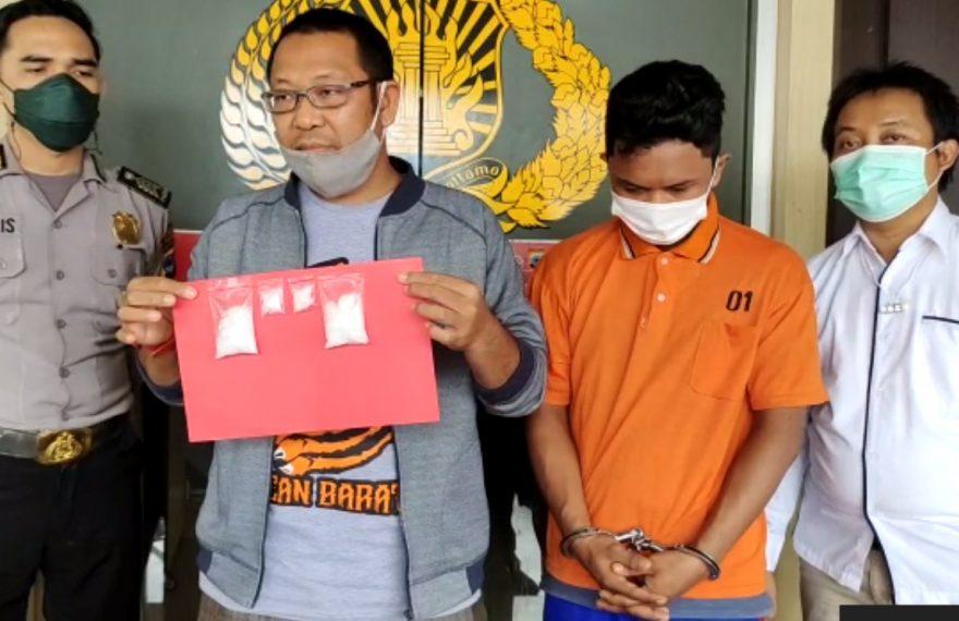 warga Jalan Dahlia, Gang Budaya, diamankan pihak Polsek Banjarmasin Barat, setelah tertangkap tangan menyimpan barang haram jenis sabu (foto:duta tv)