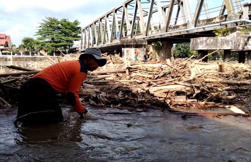 sampah bambu di bawah Jembatan Pekauman (foto:duta tv)