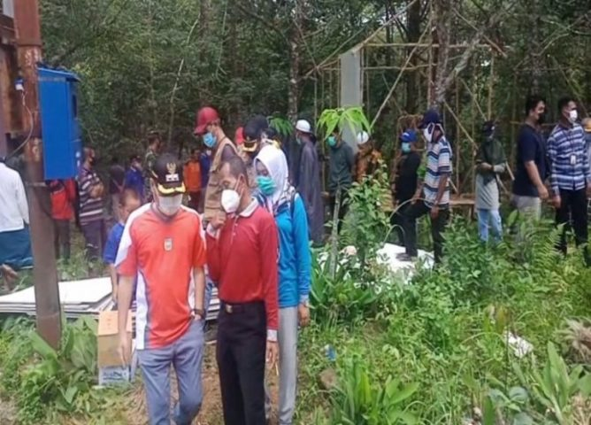 Bupati Tanah Laut Sukamta, mendatangi warga terdampak longsor Gunung Keramaian (foto:duta tv)