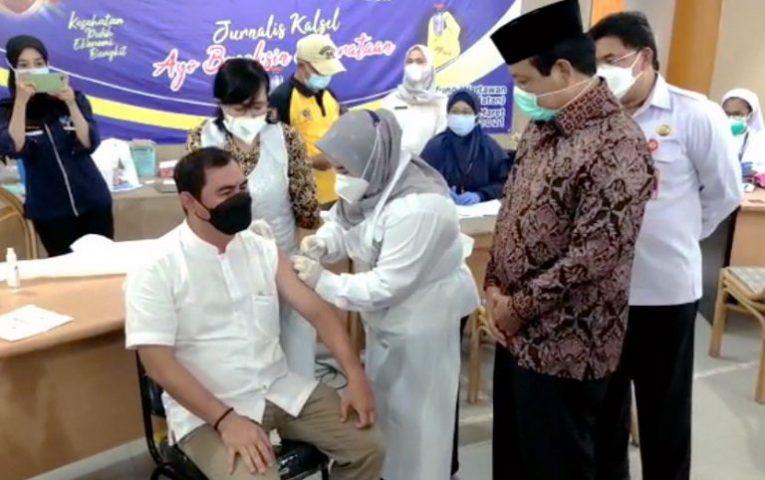 dok : Zainal Helmie, ketua PWI Kalsel divaksin