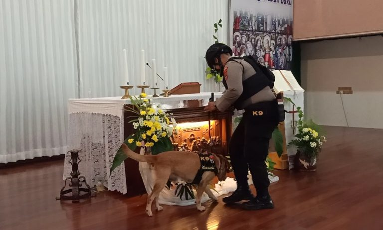 Brimob dan Unit Satwa K9 Polda Kalsel Sterilisasi Gereja