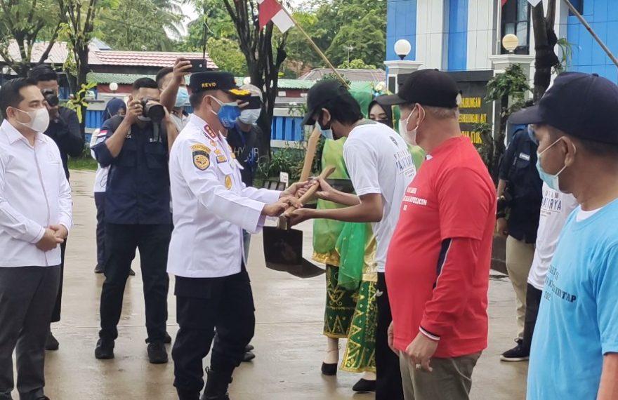KSOP Banjarmasin Menyerahkan Simbolis Bantuan